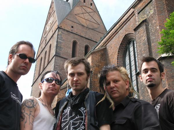 """Leftöver Crack образца 2007 года на фоне собора в Ганновере. Вряд ли они вернутся в Европу в течение ближайших пяти лет."""""""