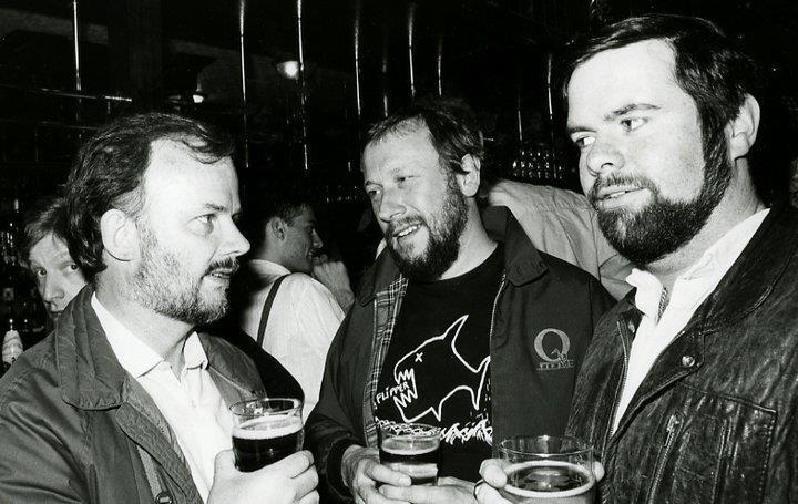 Бушелл (крайний справа), радиоведущий Джонни Волтерс (в центре) и Джон Пил в лондонском пабе White Lion