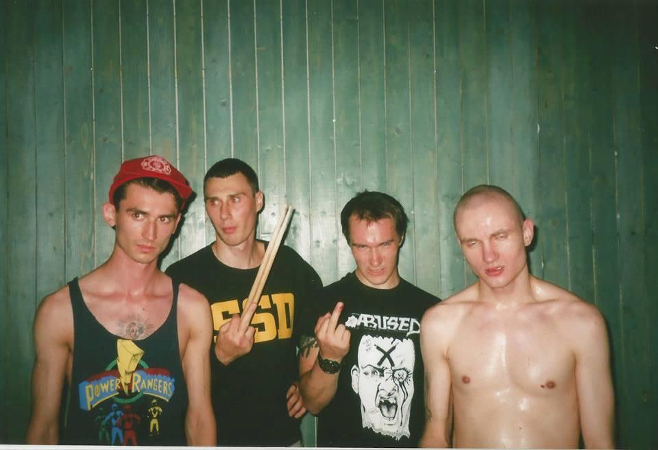 «Дегенеративное поведение» (cлева направо): Юра Тетерев (гитара), Костя (барабаны), Саша Мужик (бас), Герман Болдовский (вокал).